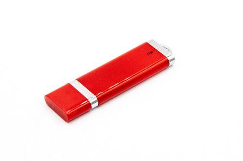 czerwony pendrive z zatyczką i metalowymi wstawkami