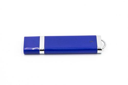 Pendrive w kolorze niebieskim z metalowymi wstawkami