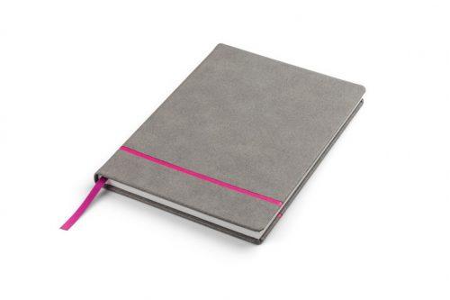 Różowy pasek na okładce zeszytu